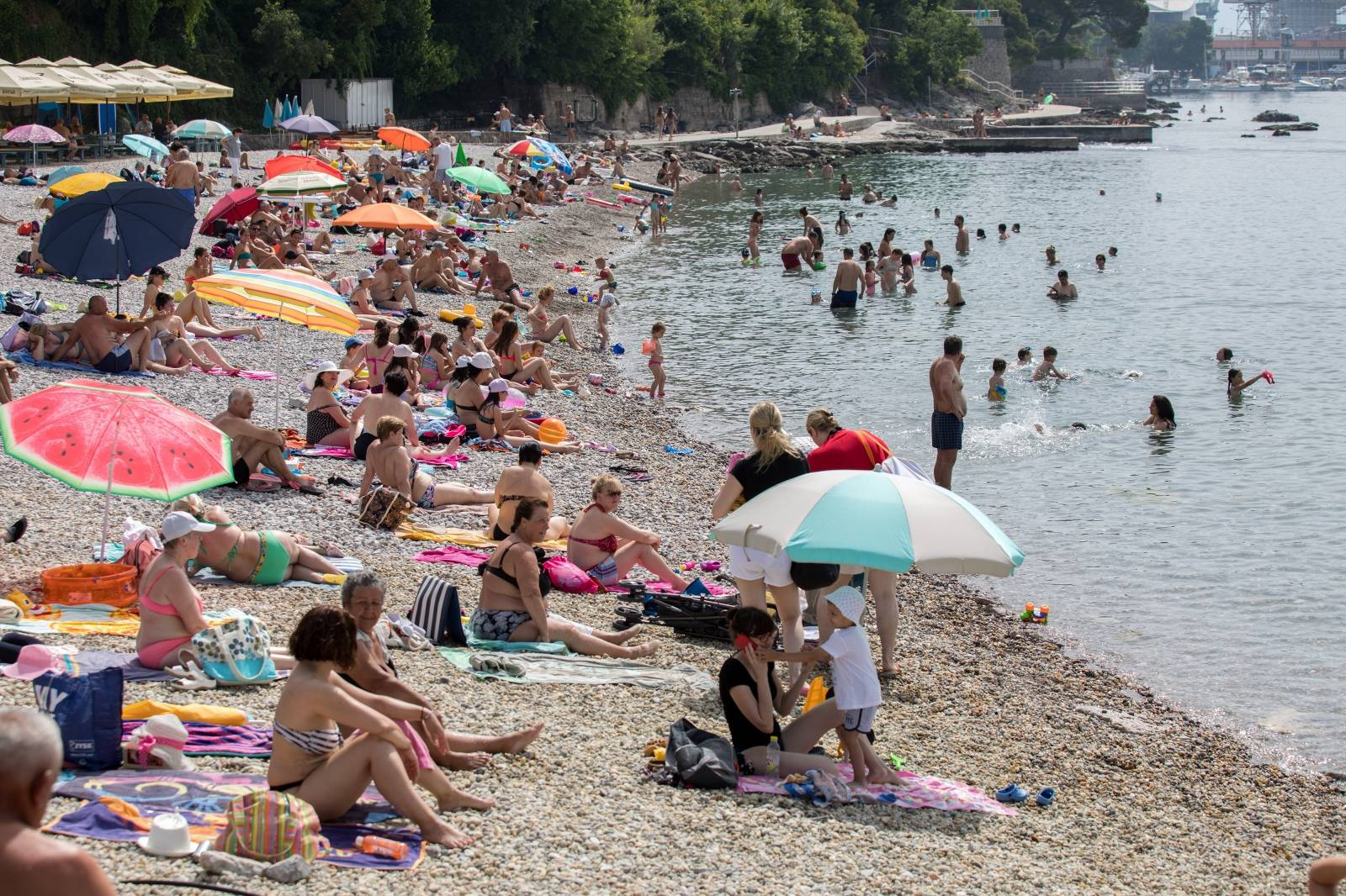 Rijeka: Osvježenje od visokih temperatura ljudi su potražili na plaži