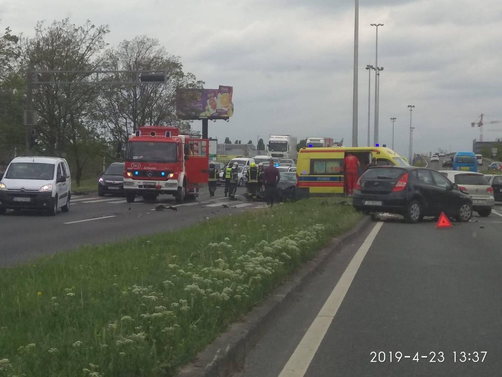 Teška nesreća u Zagrebu: Ljudi leže na travi, jednog su izvlačili