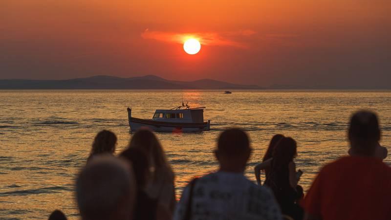 Svaku večer 'predstava': Brojni turisti u Zadru uživaju u jednom od najljepših zalazaka sunca