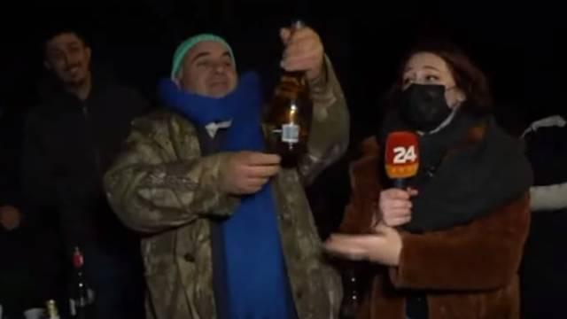VIDEO Suze i nada na dočeku u Petrinji: 'Ovaj šampanjac jedini je ostao čitav, Sretna Nova!'