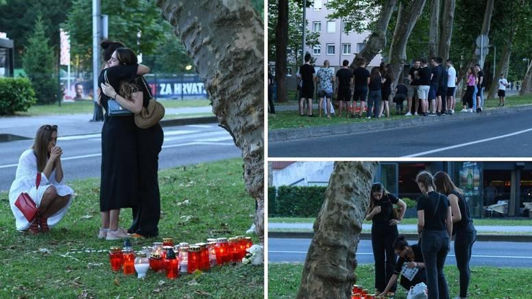 Prijatelji poginule djevojke (20) polažu svijeće, cvijeće i poruke na mjestu strašne nesreće