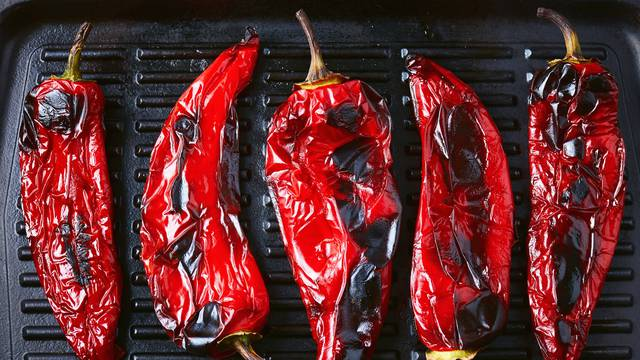 Super trik kako oguliti pečene paprike - kožica spada jako brzo