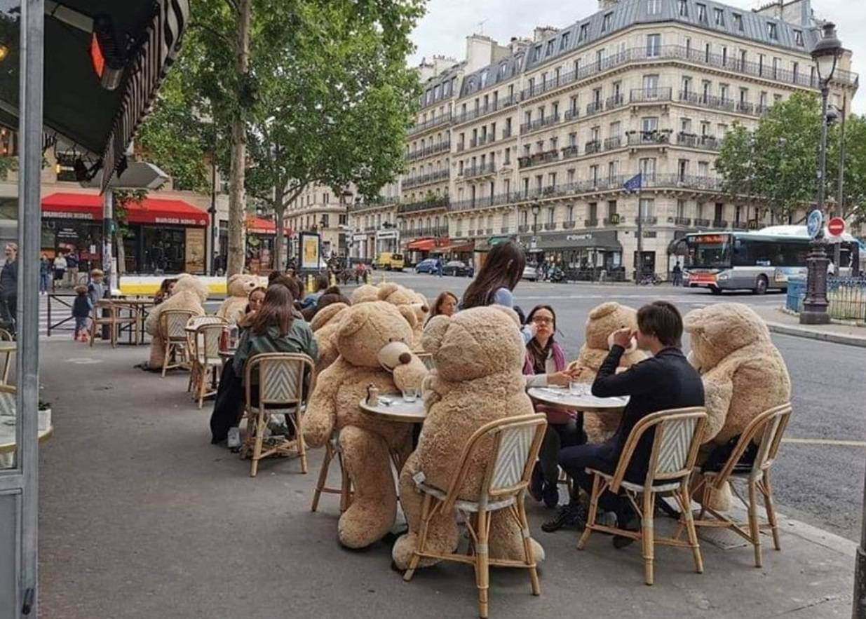 Održavanje socijalne distance: Plišani medvjedići, staklena kućica ili kreativni šeširi?