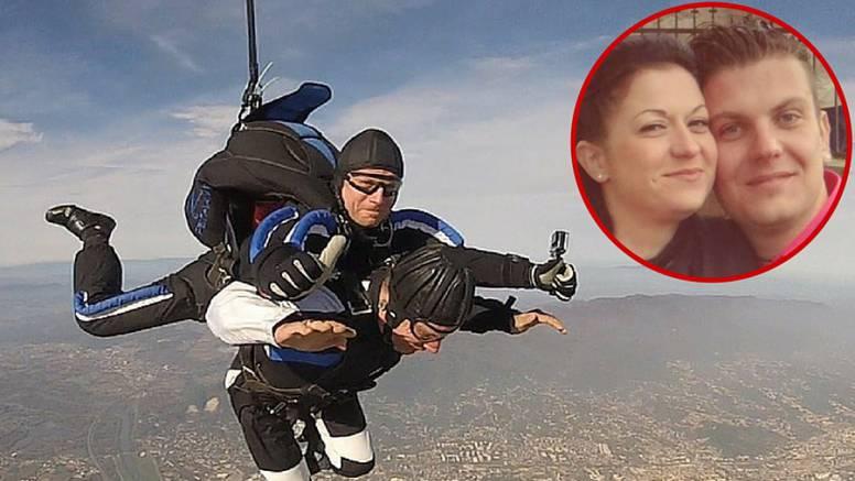 Daniel je skočio iz aviona pa zaprosio Ivu,  a nepokretan je...