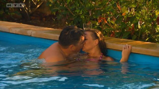 Farmer i farmerica u 'klinču' u bazenu: Andre i Marina se vole