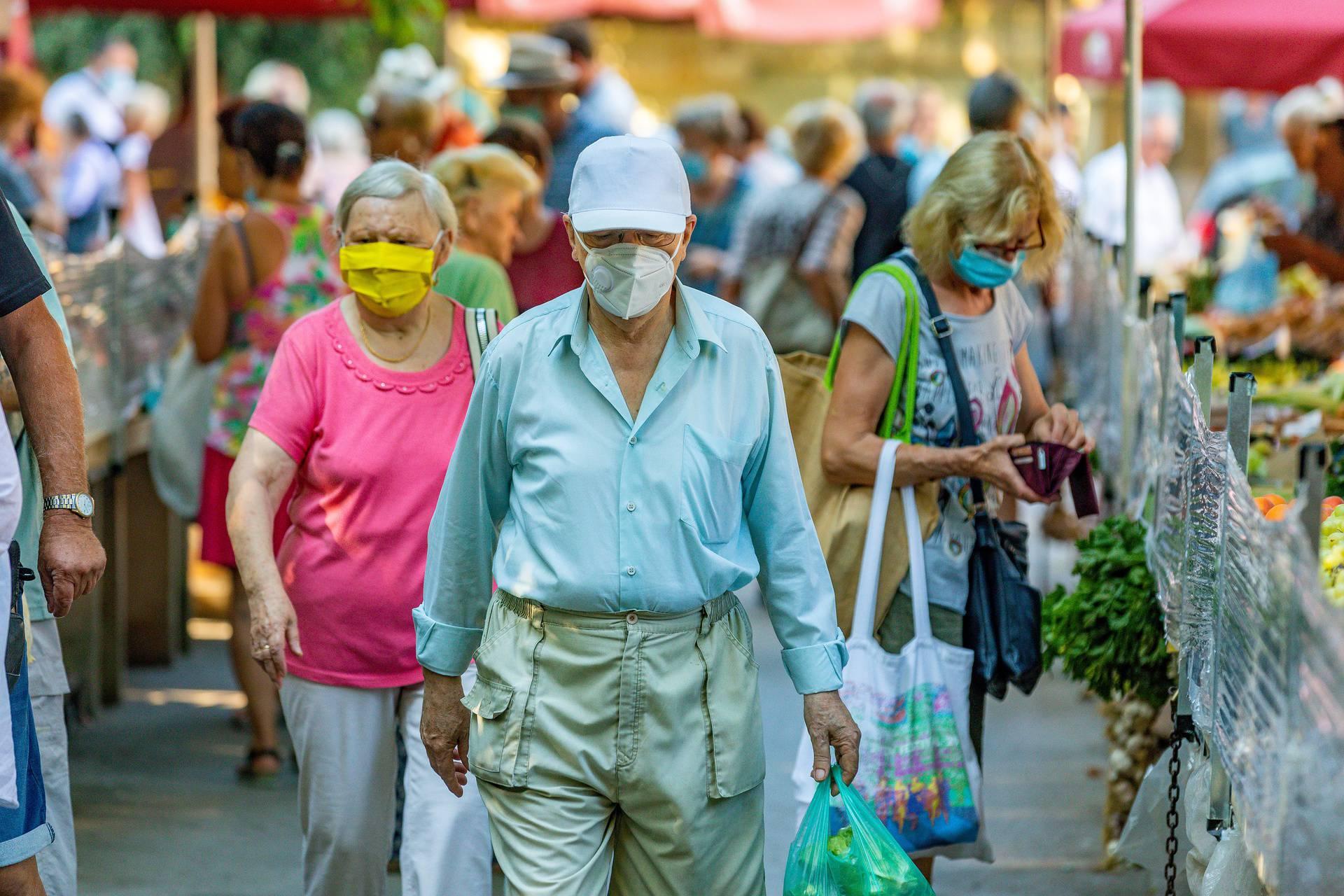 Pula: Na zelenoj tržnici epidemioloških mjera drže se većinom starije osobe