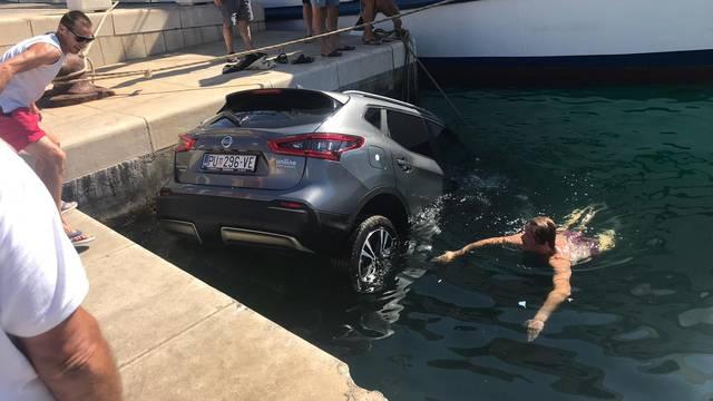 Zaboravio podići ručnu: Auto  mu je na Visu završio u moru