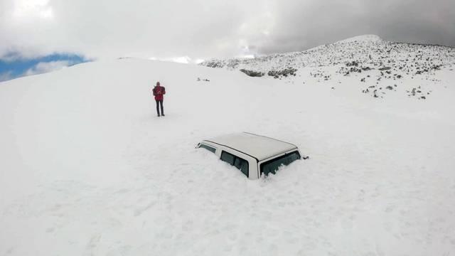 Zanimljiv prizor na Dinari: Auto je skoro cijeli zatrpan u snijegu