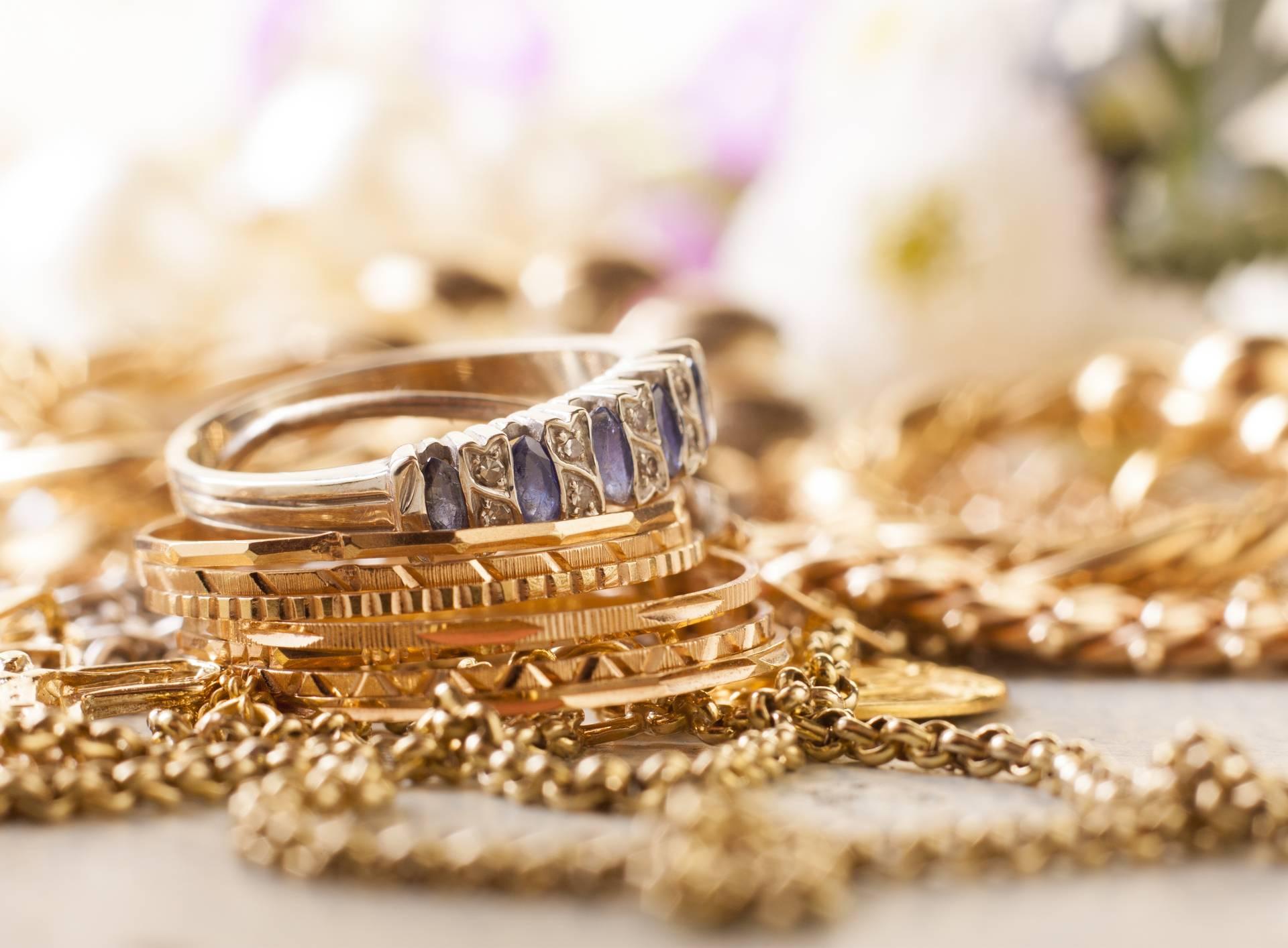 U Ogulinu ukrali vrijedan nakit: Bilo ih je troje, razgledavali su