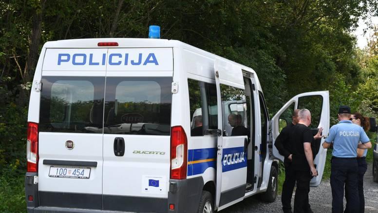 Migrantici kod Gline u porodu pomogli i hrvatski policajci...