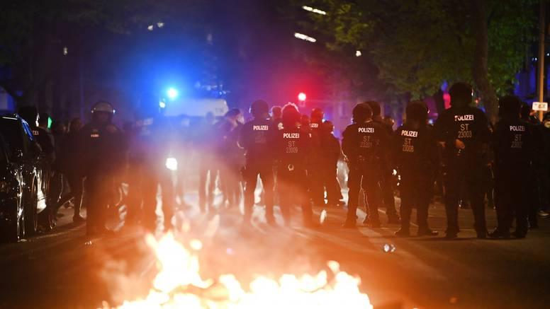 Više od 50 berlinskih policajaca ozlijeđeno u prosvjedu za 1. maj - gađali ih bocama i kamenjem