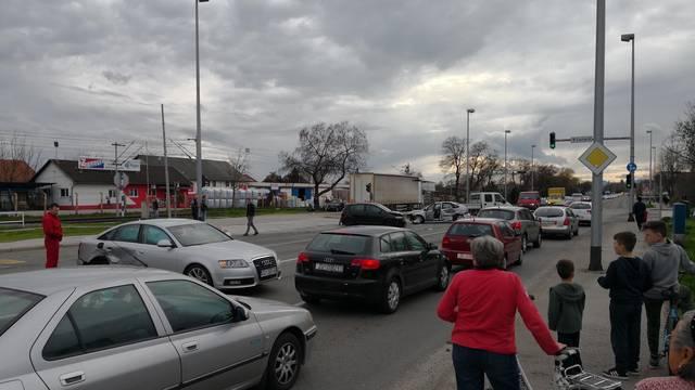 Nesreća u Zagrebu: U sudaru tri auta ozlijeđen jedan čovjek