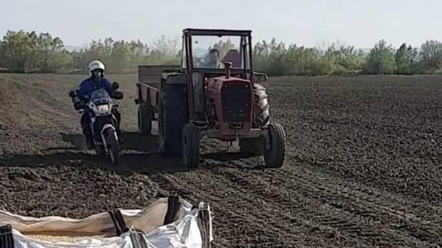 Slavonski Mad Max: Policija ga lovila njivom, bježao u traktoru