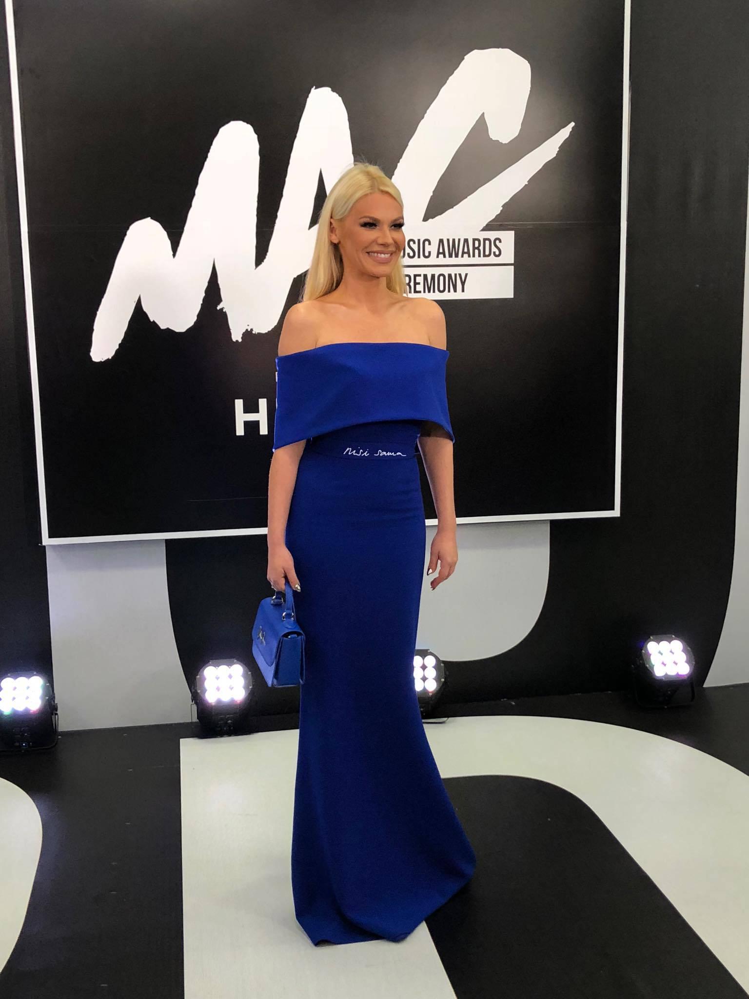 Nataša Bekvalac odijenula je dugu plavu haljinu s natpisom 'Nisi sama'