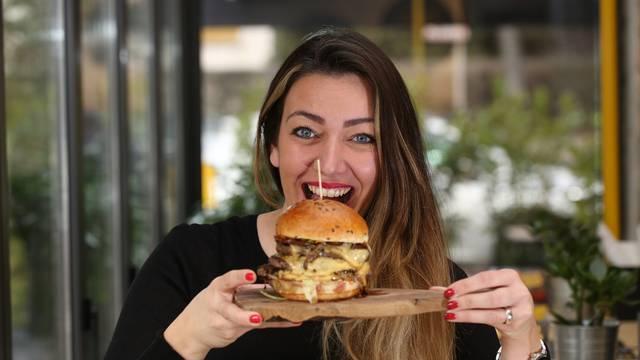 Za najsočniji burger prvo ide umak, salata pa tek onda meso
