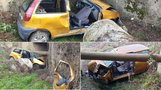 Auto u kanalu: Vozač je teško ozlijeđen, suvozač (17) lakše
