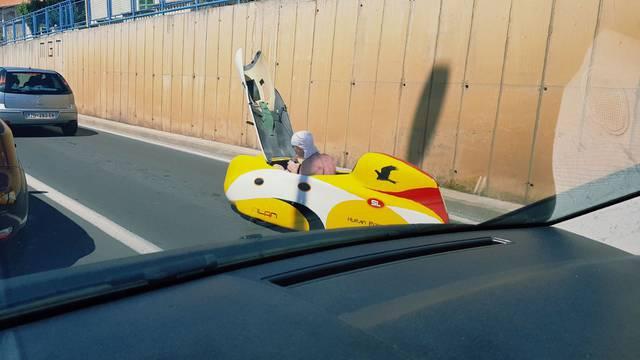 Fali mu klima:  Vozi eko bicikl kod Zadra i prži se na suncu