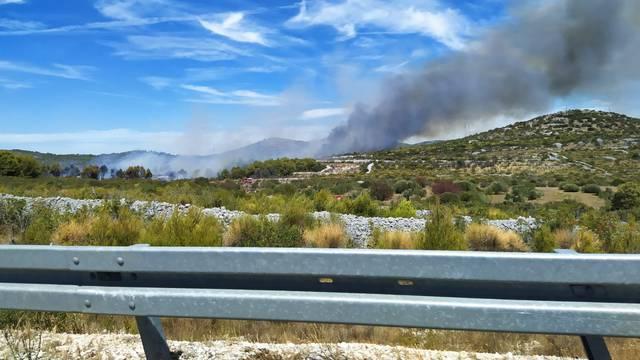 Požar kod Vodica gase i iz zraka