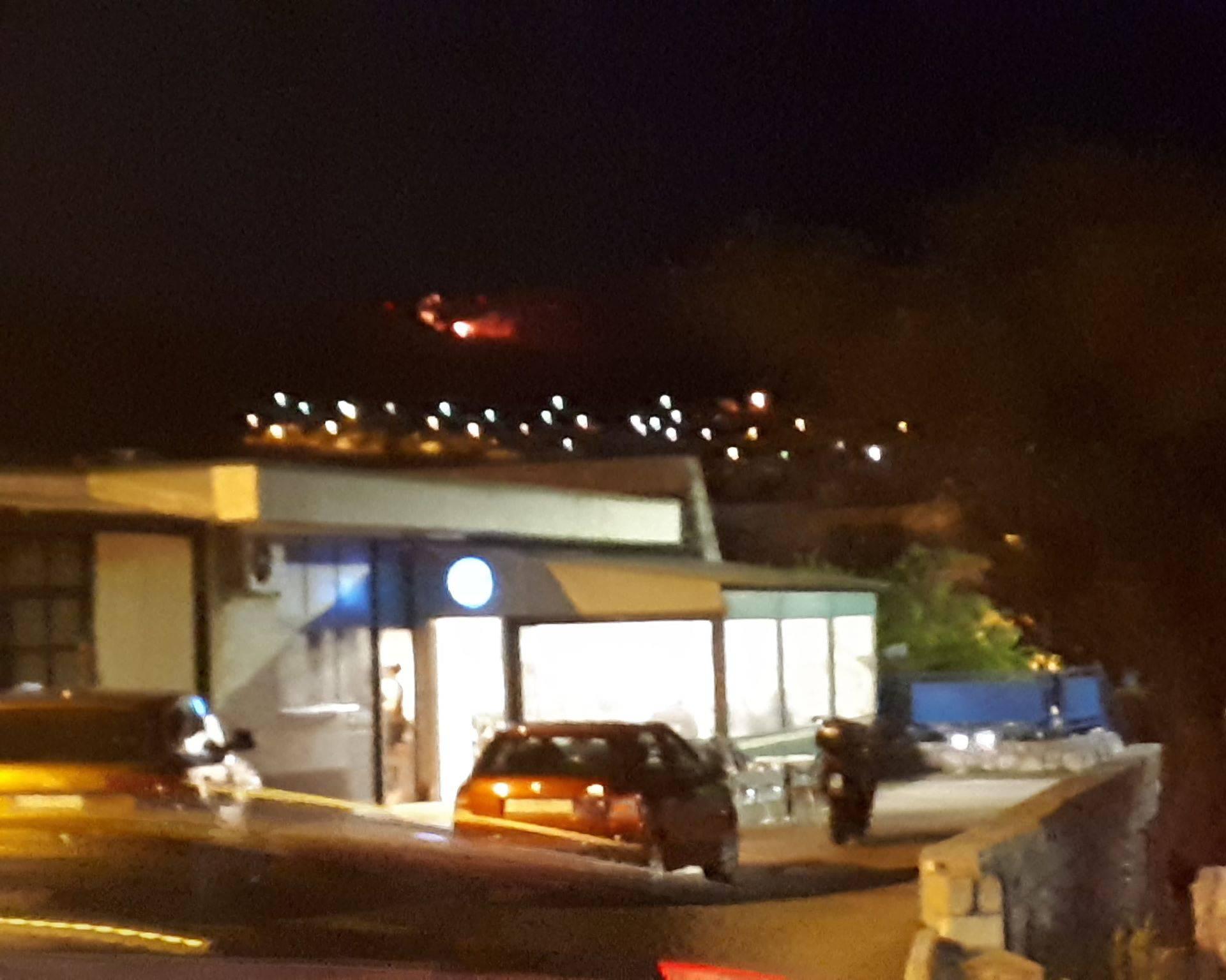 Veliki požar iznad Senja: Gori nisko raslinje, vatra blizu kuća