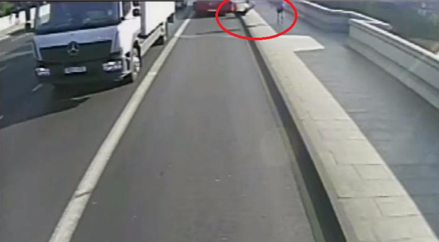 Bacio ženu pod autobus