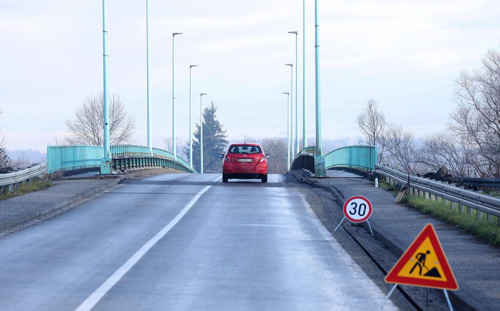 Oštećen most na ulazu u Petrinju