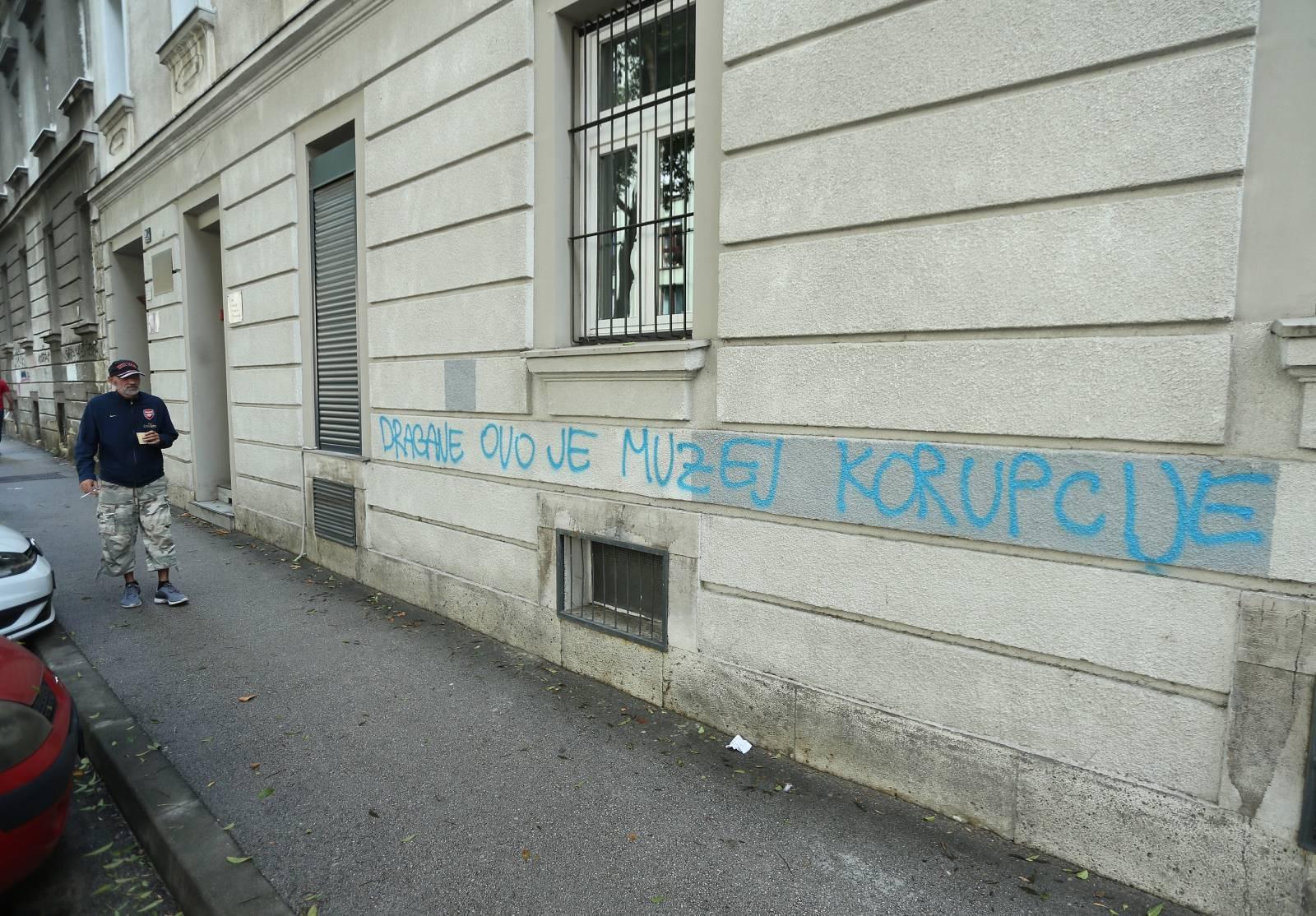 """Na pročelju zgrade u Slovenskoj ulici osvanuo grafit """"Dragane ovo je muzej korupcije"""""""