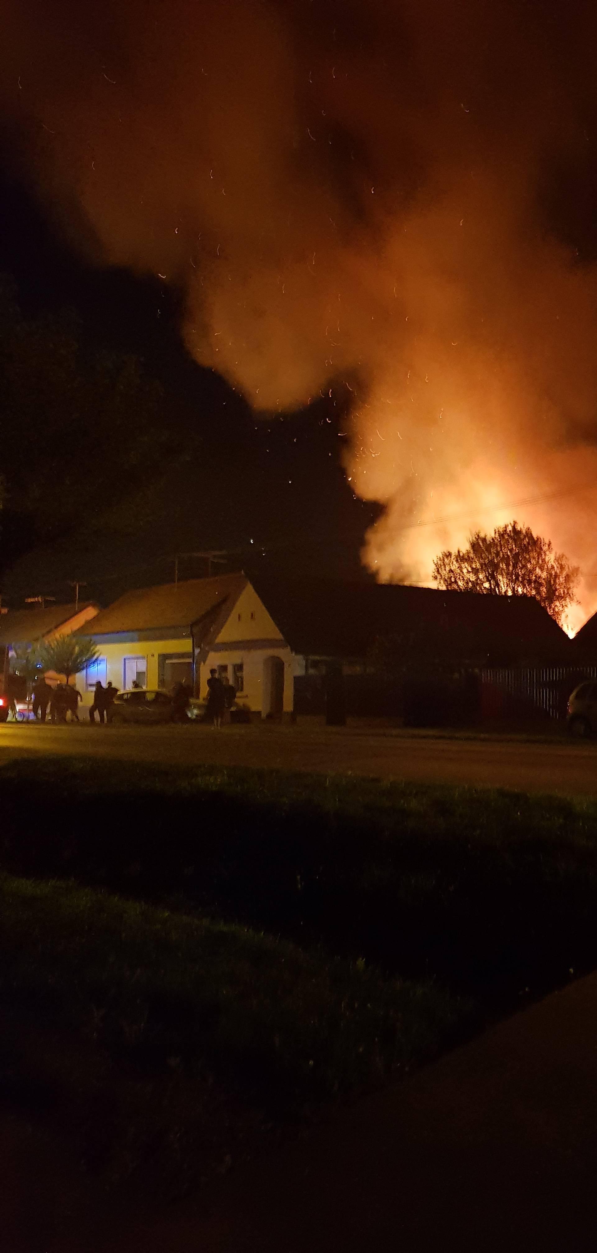 U Ivankovu vatra gutala bale sijena pa skladište namještaja