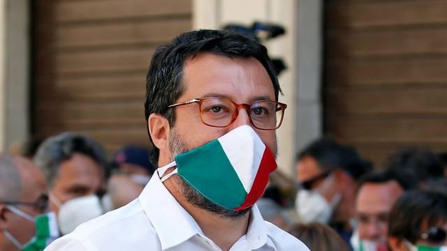 Italija: Žena napala Salvinija, otkinula mu gumb i krunicu