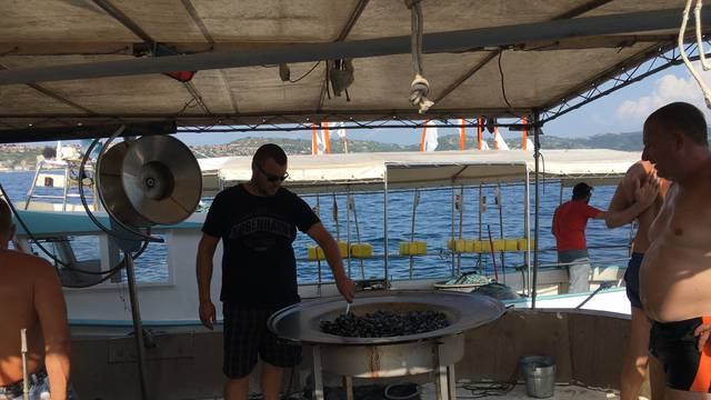Hrvatski ribari su na pikniku točno posred Savudrijske vale