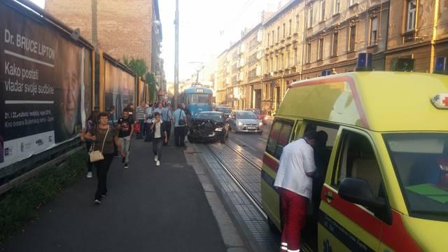 'Smrskao je cijeli prednji dio': Sudarili se tramvaj i auto u Ilici