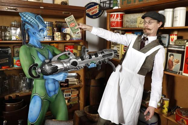 Alien visits shop on Earth / Alien Visits Shop on Earth