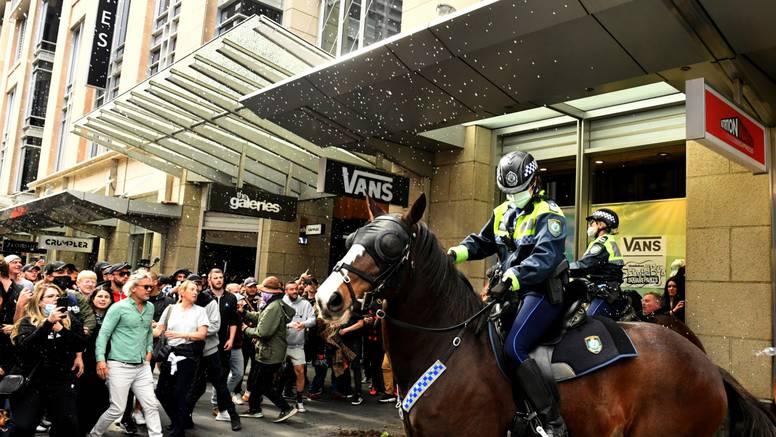Broj zaraza korona virusom u Sydneyu raste dok policija suzbija prosvjede protiv mjera