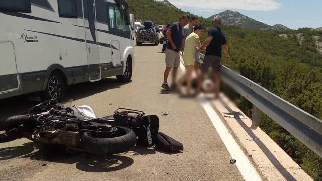 Sudar kod Senja: Žena pala s motora u grmlje ispod ceste