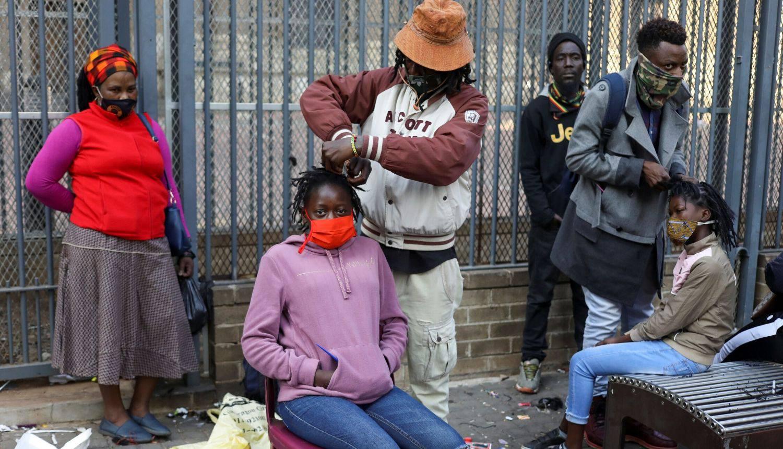 Koja izolacija kada je frizura u pitanju! Žene u Južnoj Africi masovno obilaze ulične frizere