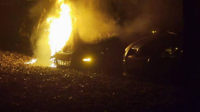 Izgorio je automobil u Borovu, buktinju su ugasili vatrogasci