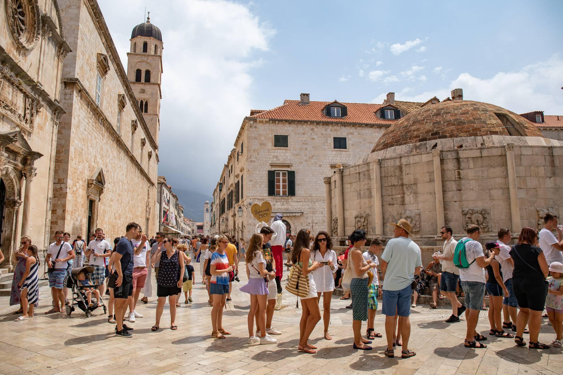U Dubrovnik dolazi sve više turista, a počele su i prve gužve