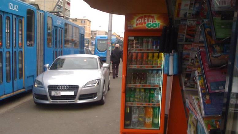Mladić je na pločnik parkirao Audi i na kiosku kupio pokaz