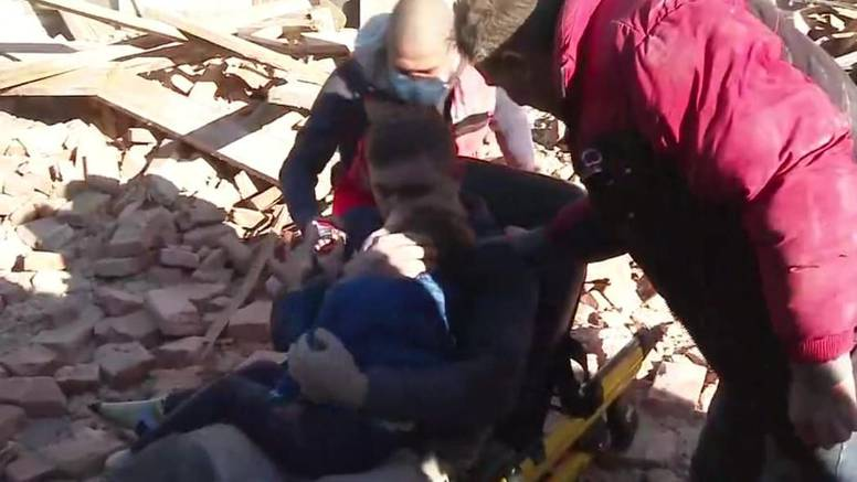 Vatrogasci spasili oca i sina iz ruševina: Dječak je neutješno plakao u očevom naručju...