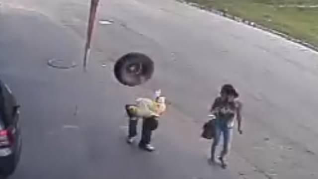 Dok je mirno hodao ulicom u glavu ga pogodila - auto guma