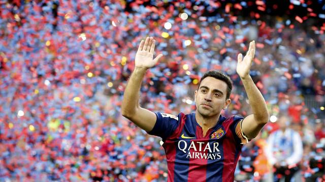 FILE PHOTO: Barcelona's Xavi Hernandez waves to supporters after their Spanish first division soccer match against Deportivo de la Coruna at Camp Nou stadium in Barcelona
