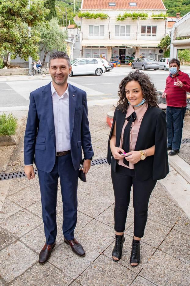 Dubrovniki: Mato Franković sa suprugom stigao na glasovanje
