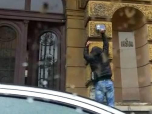 Lopatom trgao ploču na kojoj i dalje piše 'Trg maršala Tita'...