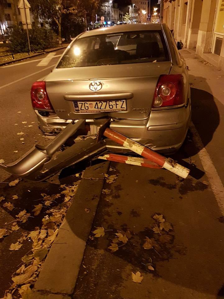 Zagreb: Autom zabio stupiće u drugi auto pa potom pobjegao