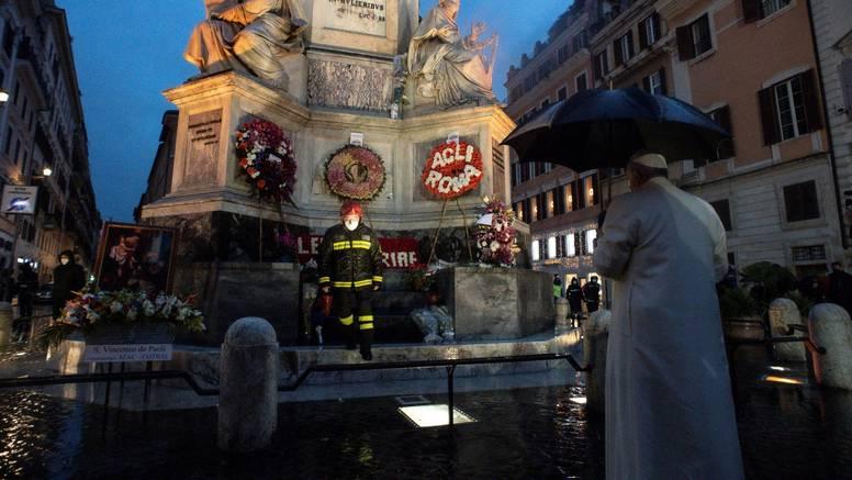 Početak božićne sezone: Papa posjetio Španjolske stube u zoru