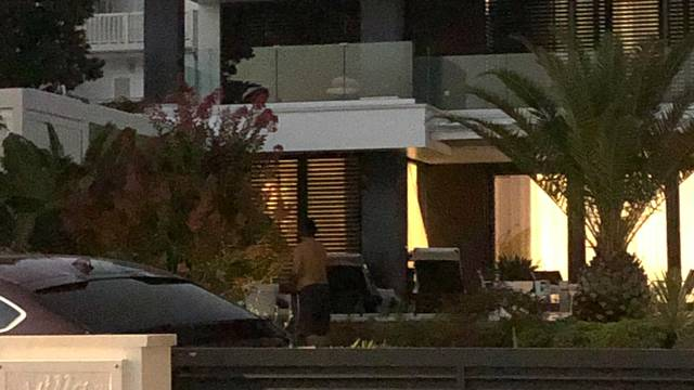 Zlatko Dalić odmara u Novalji: Uživa i zalijeva vrt ispred kuće