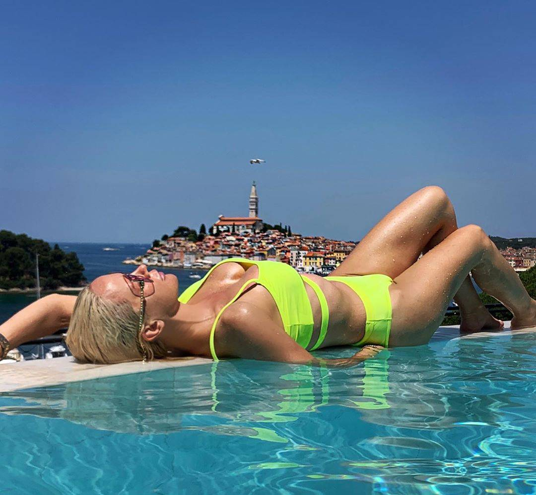 Utegnule se u badiće i pokazale obline: Karleuša sezonu počela kod kuće, Knoll se brčka u Splitu
