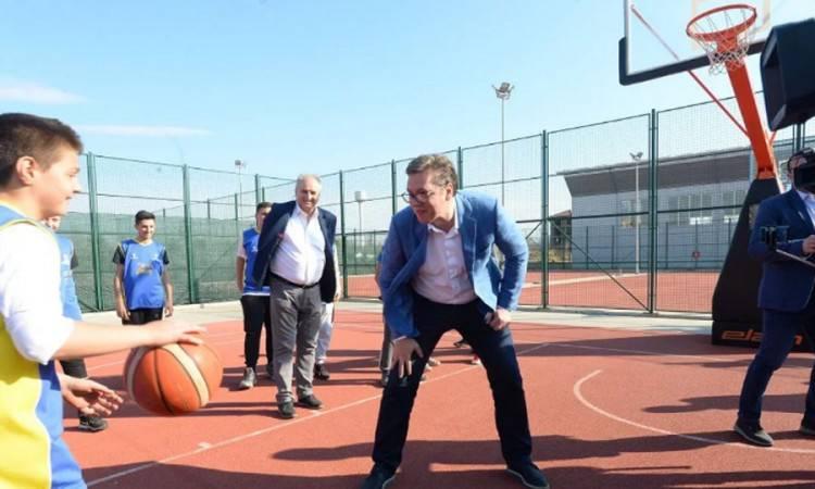 Vučić upisao školu za trenera košarke. Prisjetimo se kako je hrabro zalijepio bananu dječaku