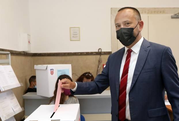 Šibenik: Hrvoje Zekanović, kandidat za gradonačelnik, glasovao na lokalnim izborima
