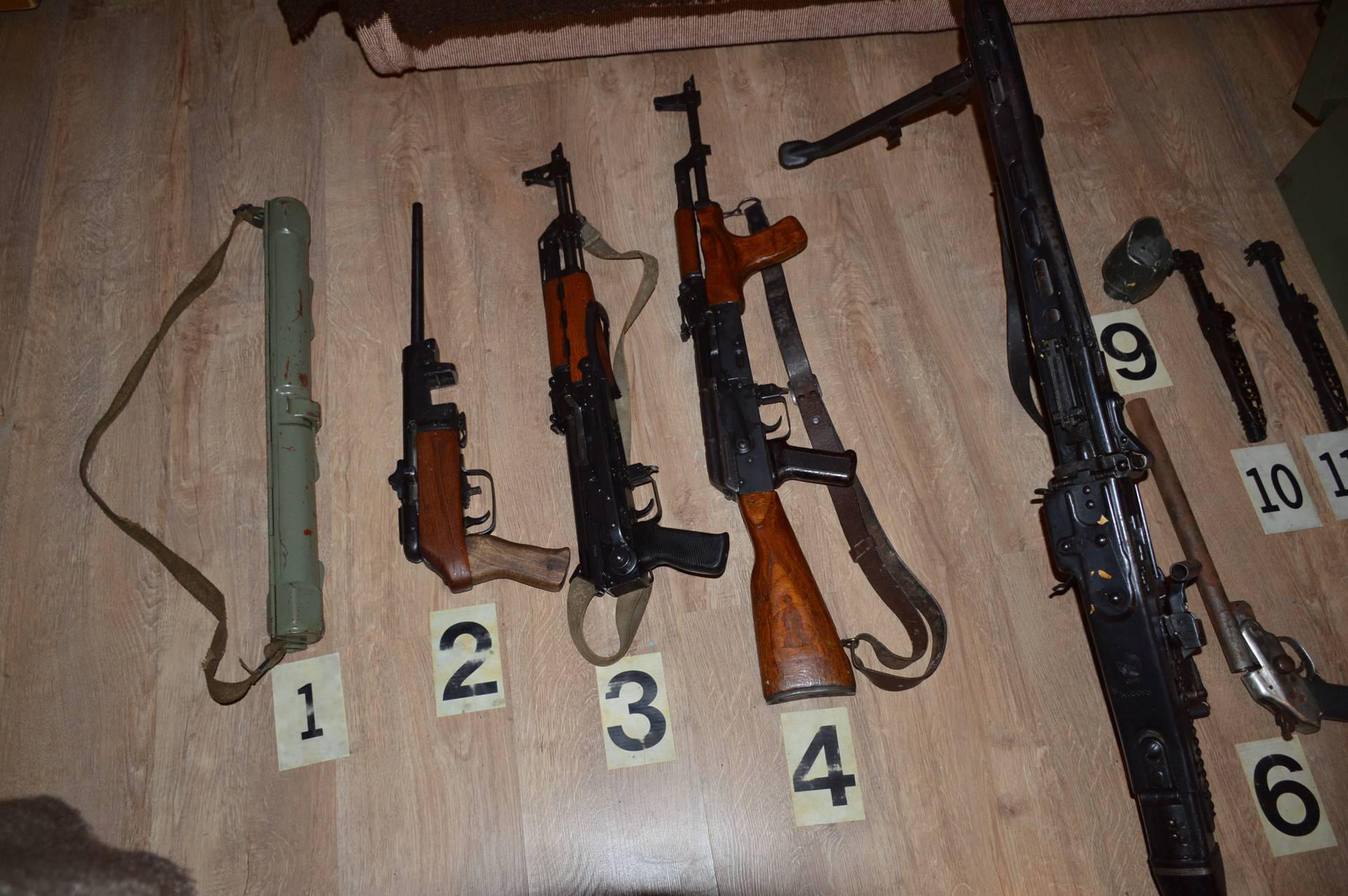 Sletio u kanal, policija je u autu našla puške, pretražili mu kuću i pronašli hrpu ilegalnog oružja