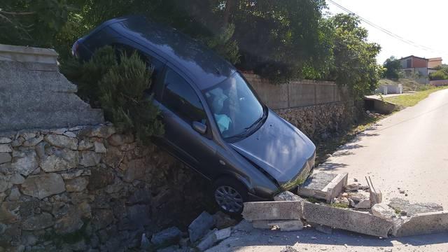 Ups, zaboravila sam ručnu! Na Viru auto probio betonski zid